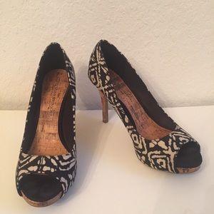Christian Siriano 9W peep toe heel brown shoe tan